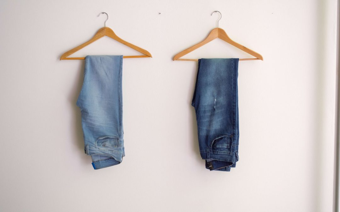 due grucce con due jeans appesi