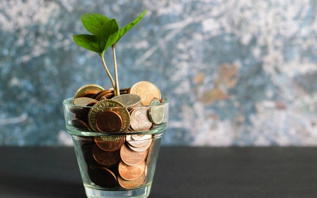 un vasetto di vetro riempito di monete