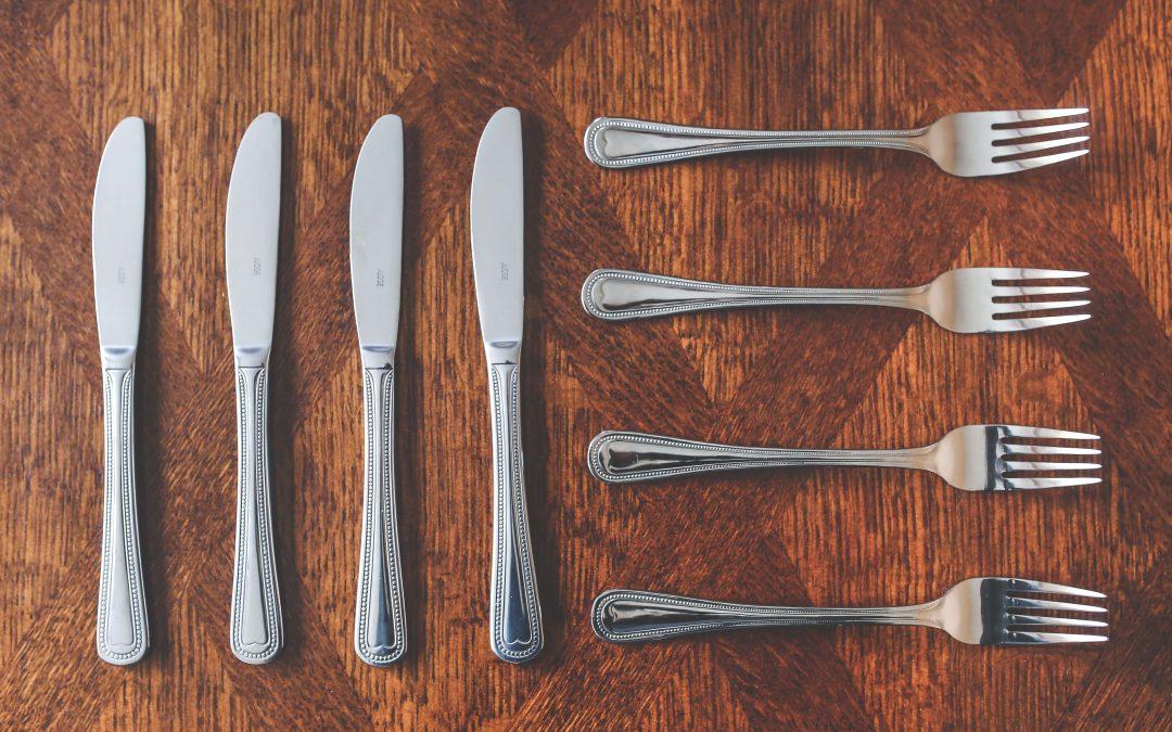 posate disposte su un tavolo per simboleggiare l'ambiente cucina